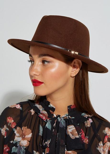 Καπέλο με χρυσή λεπτομέρεια