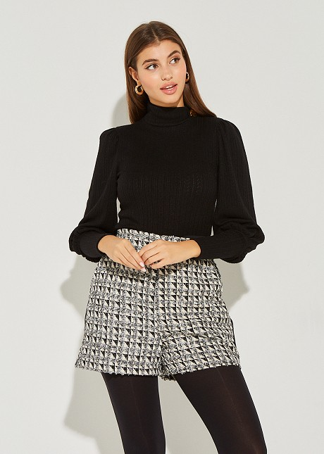 Knitted sweater with button