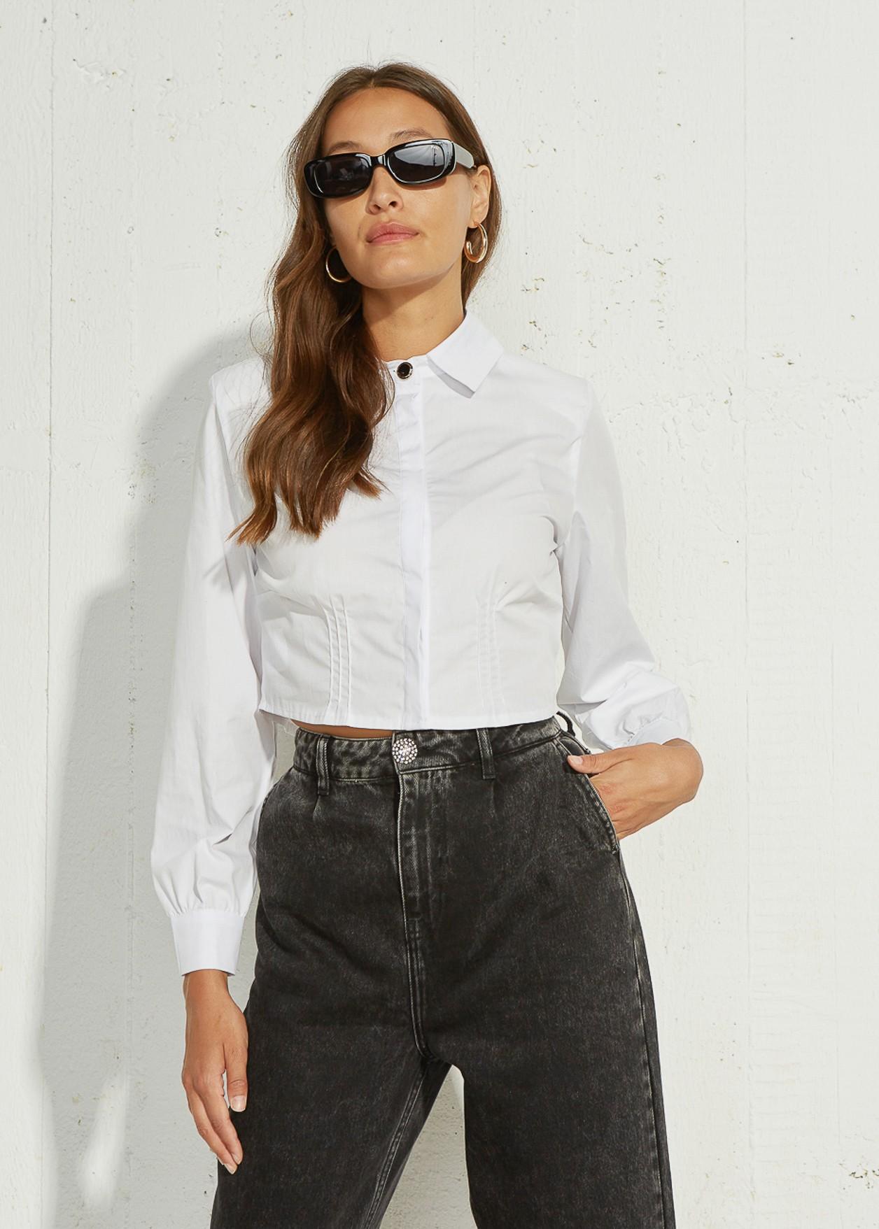 Скъсена риза с подплънки на раменете
